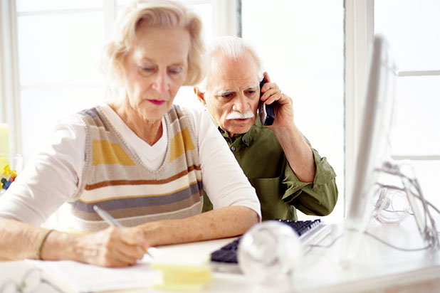 Eine reibungslose Kommunikation ist auch für ältere Menschen von großer Bedeutung. Seniorentelefone erleichtern dies. Foto: djd/Grundig/thx