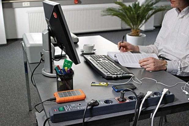 Technische Ausfälle der Elektronik aufgrund von Überspannungsschäden können im Arbeitsalltag ärgerlich und teuer werden - Foto: djd/Hugo Brennenstuhl GmbH & Co.KG