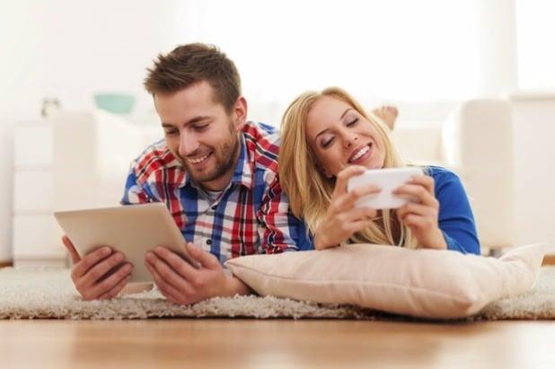 Die Displays werden größer, die Entertainment-Möglichkeiten immer vielfältiger: Mobile Kommunikation per Smartphone, Tablet oder demnächst auch Phablet erhält immer größeren Stellenwert - Foto: djd/yourfone GmbH/thx