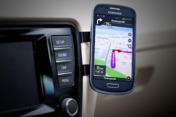 Bildunterschrift: EasyMount die Universelle KFZ-Halterung für Smartphones - Kein Kleben Kein Bohren Kein Saugnapf.