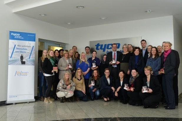 """Bild: Tyco Deutschland übergibt die gesammelten Spenden an Frau Gottwald von """"Paulinchen – Initiative für brandverletzte Kinder e.V."""""""