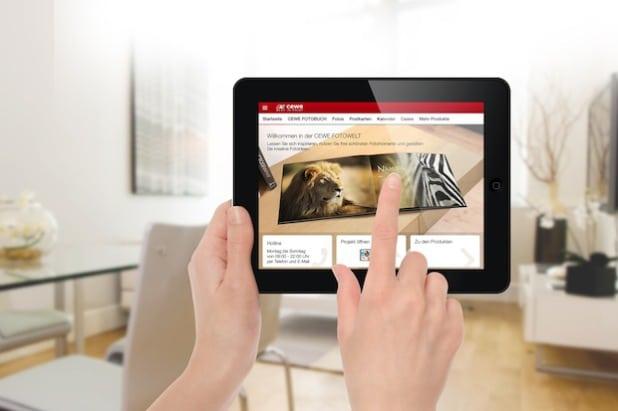 Bild: Mit der CEWE FOTOWELT App lassen sich die Lieblingsbilder in wenigen Schritten direkt auf dem Smartphone oder Tablet zu Fotoprodukten gestalten und bestellen.