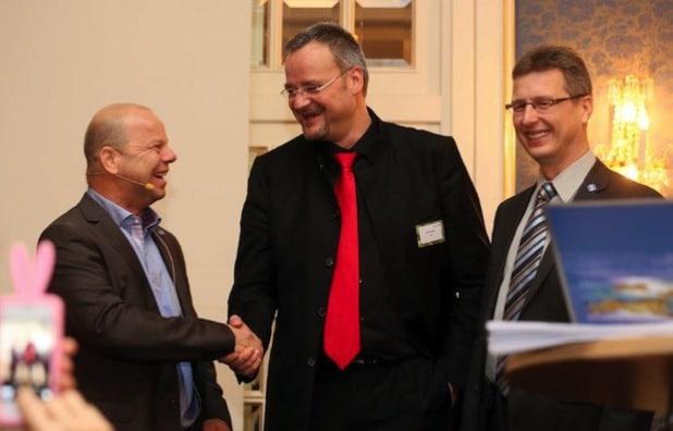 Bild: CEMA erhält die höchste Auszeichnung, die DELL an Partner zu vergeben hat. (v.l.n.r.: Thomas Steckenborn, Vorstandsvorsitzender, Rolf Braun, COO, beide CEMA AG, André Braun, DELL.)