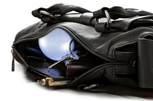 Photo of Es werde Licht – In den Tiefen einer Handtasche: So können Frauen die Zeit des Kramens reduzieren