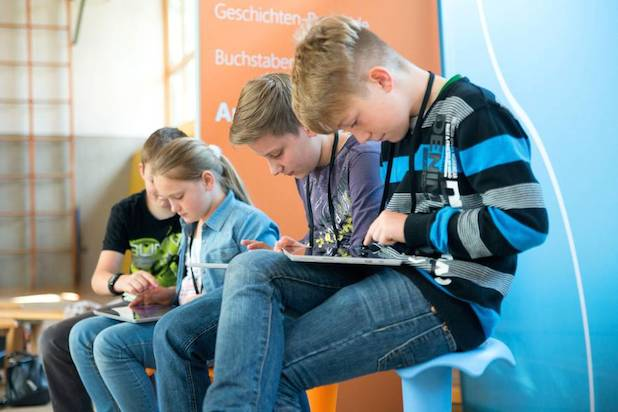 Kinder wachsen mit digitalen Medien auf. Eltern kommen um das Thema Mediennutzung in der Erziehung darum nicht herum. Quelle: djd