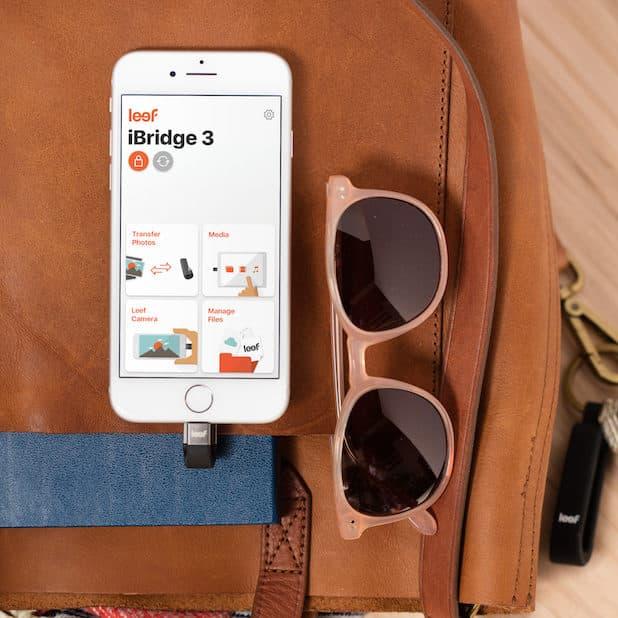 "iBridge 3 an einem iPhone - Quelle: ""obs/Leef/Reed Rowe"""