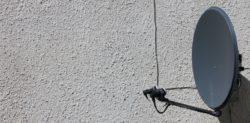 Für eine optimale Signalübertragung auf das TV Gerät wird eine Sat-Schüssel oder eine Flachantenne eingesetzt.