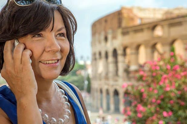 Keine kolossalen Kosten mehr bei Telefonaten aus dem EU-Ausland: Auch vom Kolosseum in Rom aus kann man nun unbesorgt in der Heimat anrufen. Foto: djd/blau.de