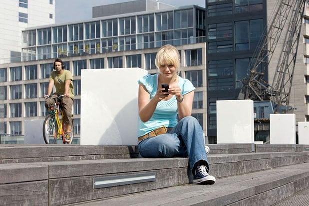 Das mobile Internet ist allgegenwärtig: Inzwischen nutzt jeder zweite Deutsche ein Smartphone. Foto: djd/E-Plus Gruppe