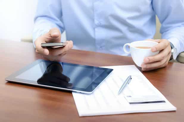 Mit einigen wenigen Handgriffen können die Besitzer von Smartphones Angriffe auf ihr Handy erschweren. Foto: djd/yourfone GmbH/thx