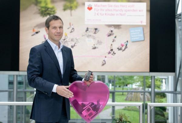 René Obermann (Vorstandsvorsitzender der Deutschen Telekom AG) ruft zur großen Handy-Rücknahme-Aktion auf und wirbt für den doppelt guten Zweck. Foto: obs/Deutsche Telekom AG
