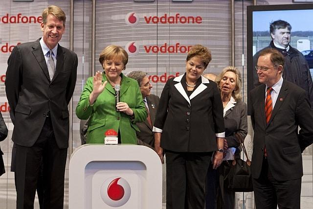 CeBIT Rundgang: Fritz Joussen und Angela Merkel starten LTE in ostdeutscher Gemeinde. Kanzlerin startet live von der CeBIT das schnelle Internet für Möllenhagen.